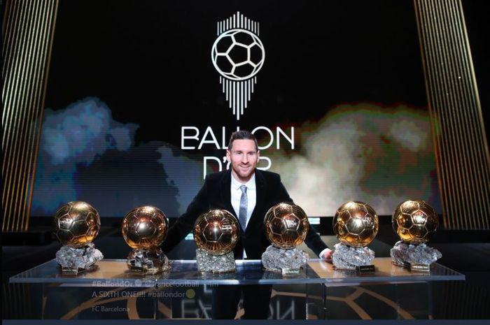 Lionel Messi berpose dengan 6 trofi Ballon d'Or yang diraihnya.q