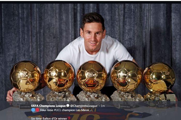 Lionel Messi berpose dengan trofi Ballon d'Or.