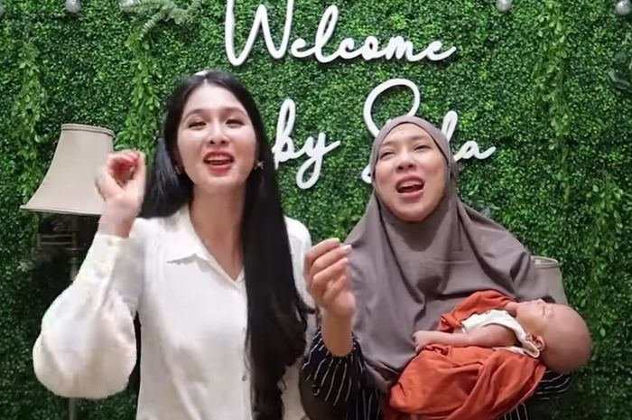 Sandra Dewi dan Fitri Tropical