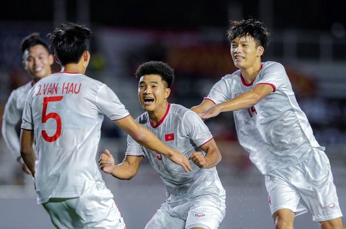 Ha Duc Chinh (tengah) merayakan golnya ke gawang Singapura bersama rekan-rekannya, Selasa (3/12/2019).