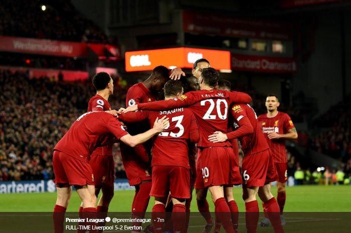 Para pemain Liverpool merayakan gol yang dicetak oleh Sadio Mane yang menjadi gol keempat dalam pertandingan melawan Everton dalam lanjutan pertandingan pekan ke-15 Liga Inggris di Stadion Anfield, Rabu (4/12/2019) atau Kamis dini hari WIB.