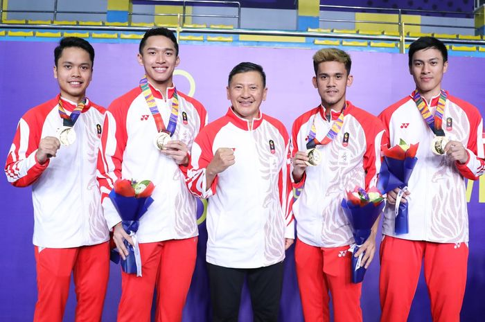 Tim tunggal putra Indonesia berpose dengan pelatih seusai final beregu putra SEA Games 2019 di Muntinlupa Sports Center, Manila, Rabu (5/12/2019).
