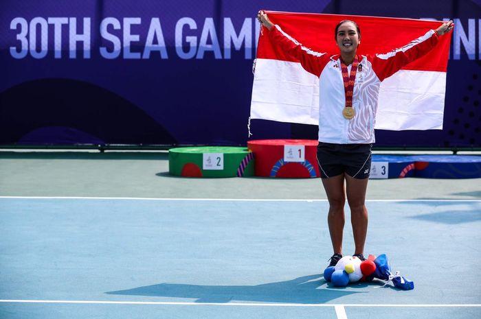 Petenis putri Indonesia, Aldila Sutjiadi, berpose setelah meraih medali emas SEA Games 2019 dari nomor tunggal putri yang berlangsung di Rizal Memorial Tennis Court, Manila, Filipina, Jumat (6/12/2019).