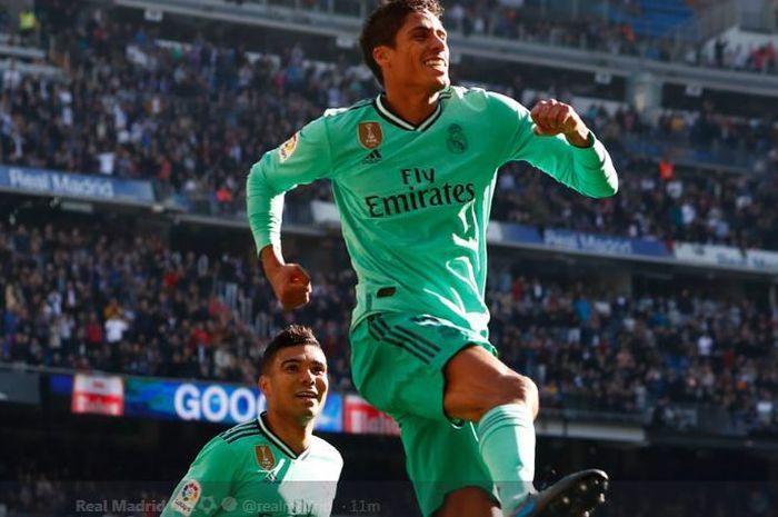 Bek Real Madrid, Raphael Varane, merayakan gol yang dicetaknya ke gawang Espanyol dalam laga La Liga Spanyol pekan ke-16 pada Sabtu (7/12/2019) di Stadion Santiago Bernabeu, Madrid.