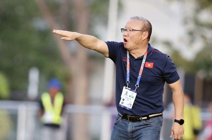 Pelatih timnas U-22 Vietnam, Park Hang Seo, memberikan arahan kepada pemainnya saat tampil di SEA Games 2019.