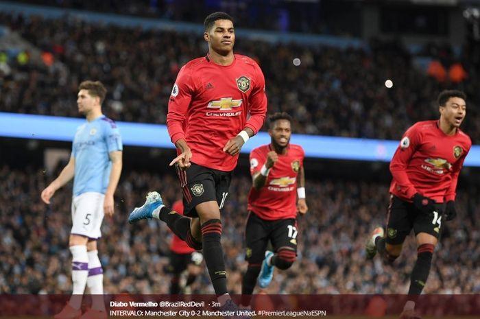 Selebrasi striker Manchester United, Marcus Rashford, setelah sukses mengeksekusi tendangan penalti pada laga melawan Manchester City di Etihad Stadium, Sabtu (7/12/2019).