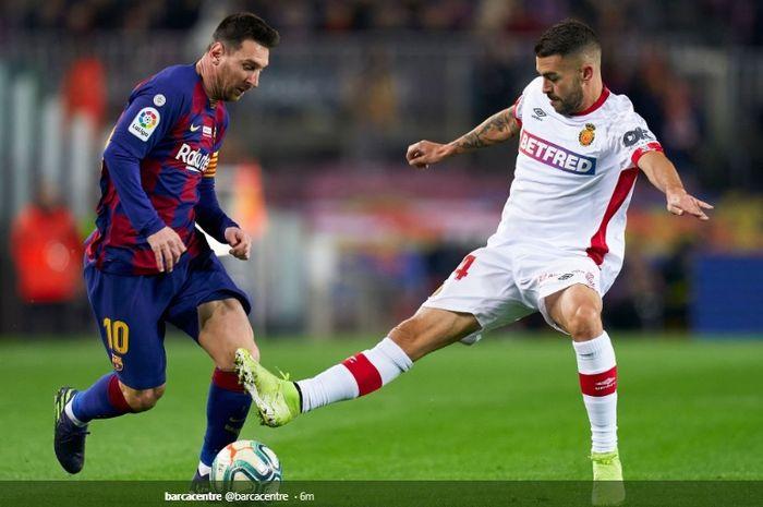 Aksi Lionel Messi ketika mencoba melewati hadangan salah satu pemain Real Mallorca kala bertanding di Camp Nou dalam lanjutan pertandingan pekan ke-16 Liga Spanyol, Sabtu (7/12/2019) atau Minggu dini hari WIB.