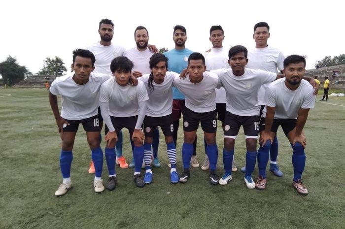 Eks penyerang asing klub Liga 1, Marcel Sacramento (belakang dua dari kiri) bersama rekan satu timnya, TRAU FC yang berkompetisi pada Liga India.