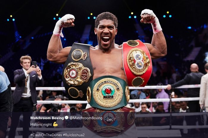 Petinju kelas berat, Anthony Joshua memamerkan berbagai gelarnya. Gelar tersebut antara lain IBF, IBO, WBO, dan WBA.
