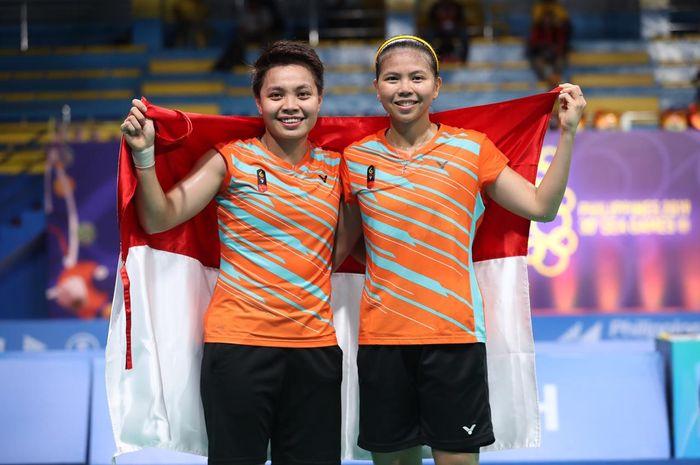 Pasangan ganda putri Indonesia, Greysia Polii/Apriyani Rahayu, berpose setelah memastikan meraih medali SEA Games 2019 di Muntinlupa Sports Center, Manila, Senin (9/12/2019).