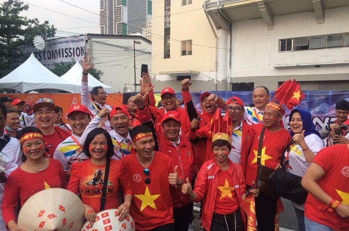 Momen keakraban suporter timnas U-22 Indonesia dan pendukung Vietnam jelang laga final SEA Games 2019 di Stadion Rizal Memorial, Manila, Filipina, Selasa (10/12/2019).