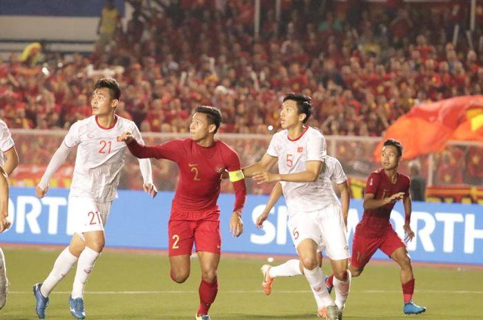 Kapten timnas U-22 Indonesia, Andy Setyo Nugroho mengawal bek sayap kiri Vietnam, Doang Van Hau, pada final SEA Games 2019.