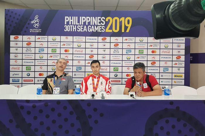 Dari kiri ke kanan, Pascal Wilmar (asisten pelatih), Nizar Zulfikar (kapten), dan Santiaji (manajer timnas) bola voli putra Indonesia saat konferensi pers seusai merebut medali emas SEA Games 2019 di Philsports Arena, Manila, Filipina, Selasa (10/12/2019).
