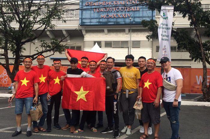 Suporter Vietnam sudah mulai terlihat datang ke Stadion Rizal Memorial, Manila, Filipina, Selasa (10/12/2019).