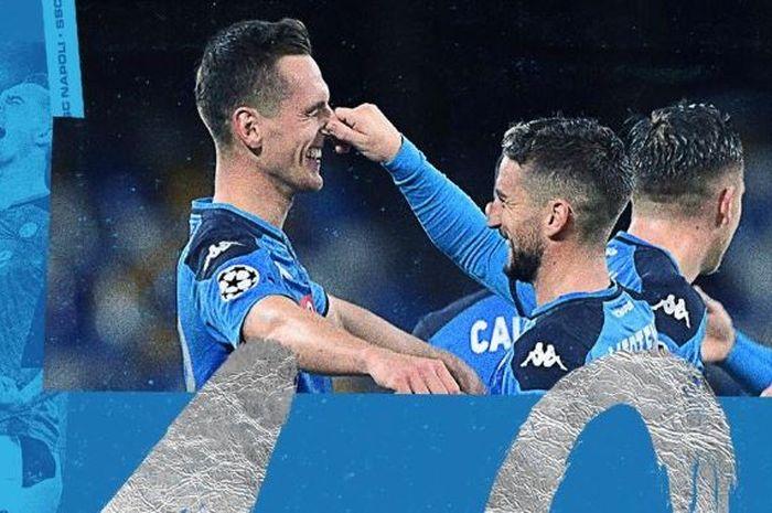 Dua striker Napoli, Arkadiusz Milik dan Dries Mertens, merayakan gol yang dicetak ke gawang Genk pada laga keenam Liga Champions Grup E, Rabu (11/12/2019) di Stadion San Paolo, Naples.