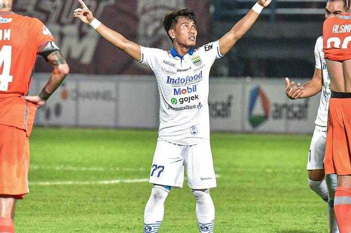 Gelandang Persib Bandung, Ghozali Siregar, merayakan golnya ke gawang Borneo FC di Stadion Segiri, Rabu (11/12/2019).