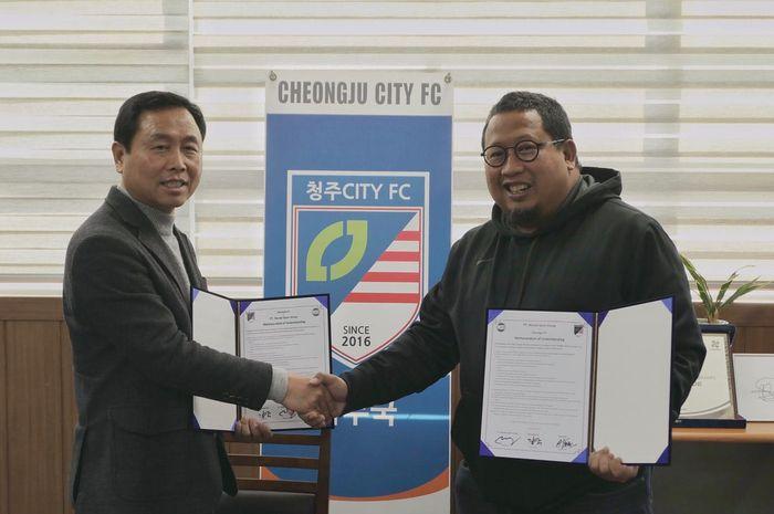 Muly Munial dari MSG dan Pemilik klub kasta keempat Liga Korea, Cheongju City FC, Kim Hyun-joo (kiri) seusai menandatangani kerja sama di Korea Selatan, 12 Desember 2012.