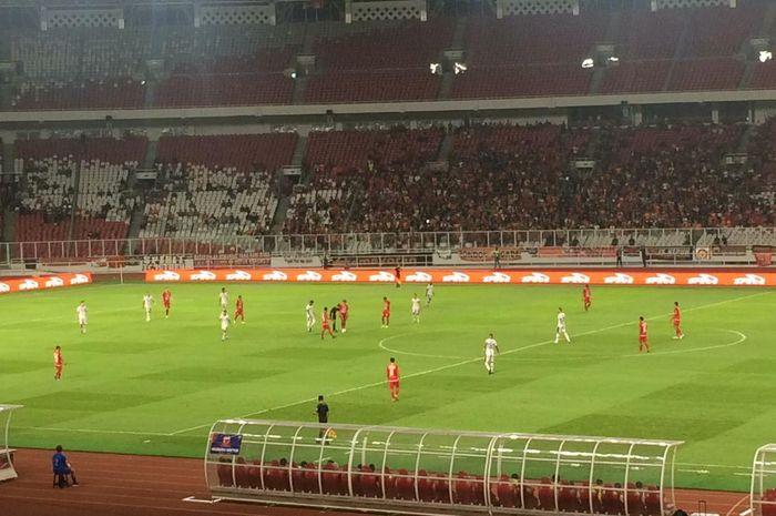 Suasana pertandingan Persija Jakarta menghadapi Madura United di Stadion Utama Gelora Bung Karno, Jakarta pada Jumat (13/12/2019).