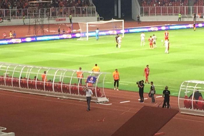 Pelatih Persija Jakarta, Edson Tavares, memilih untuk membelakangi penalti yang dilesatkan Marko Simic ke Madura United di SUGBK