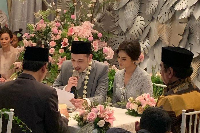 Meski digelar sederhana dan dihadiri keluarga dan sahabat dekat saja, pernikahan Cut Tari dan Richard Kevin ini tak bisa menutupi kebahagiaan keduanya