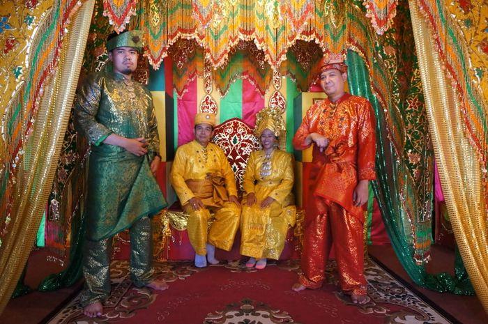 Warna-warna pada pakaian adat melayu mempunyai arti masing-masing.