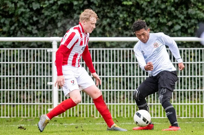 Aksi Fajar Fathurrahman (kanan) saat membela Garuda Select kontra Cheltenham U-18, di Lapangan Birmingham FA, Rabu (11/12/2019), malam WIB.