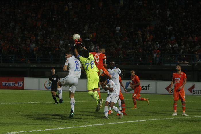 Perebutan bola pemain Persib dengan Borneo FC pada pertandingan Liga 1 di Stadion Segiri Samarinda, Rabu (11/12/2019). Persib berhasil mengalahkan Borneo FC 1-0.