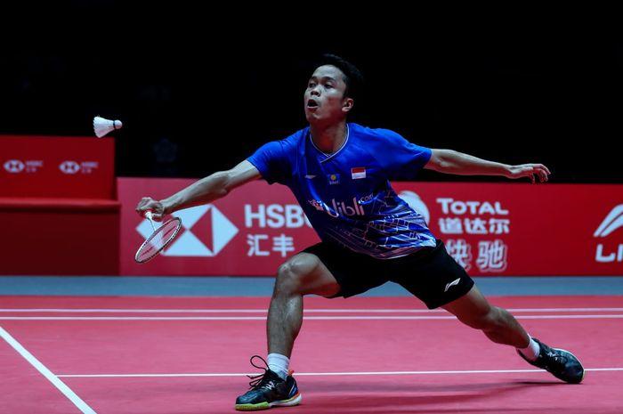 Pebulu tangkis tunggal putra Indonesia, Anthony Sinisuka Ginting, saat bertanding melawan Chen Long (China) pada laga semifinal BWF World Tour Finals 2019 di Tianhe Gymnasium, Guangzhou, China, Sabtu (14/12/2019).