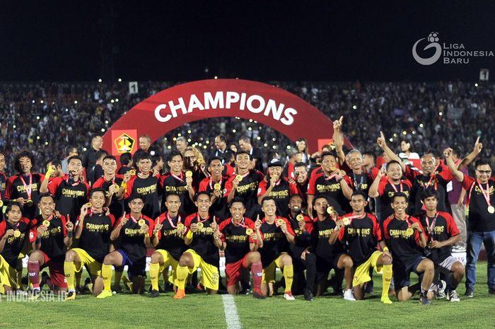 Para pemain Persik Kediri merayakan keberhasilan mereka menjadi juara Liga 2 2019.