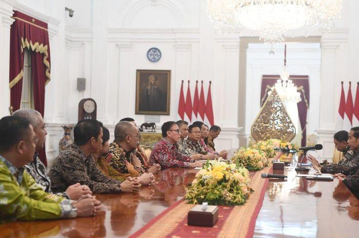Presiden Republik Indonesia, Joko Widodo, bertemu dengan pengurus PSSI di Istana Merdeka, Jakarta Pusat, Senin (16/12/2019)