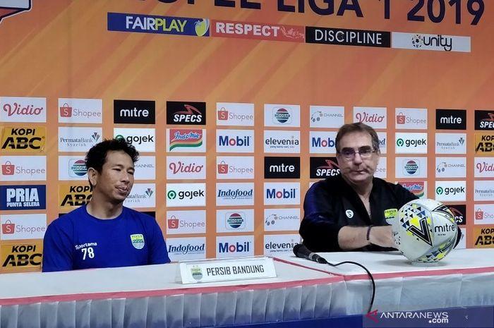 Pelatih Persib Bandung, Robert Alberts, bersama I Made Wirawan saat konferensi pers usai pertandingan melawan Perseru Badak Lampung di Stadion Si Jalak Harupat, Bandung, Senin (16/12/2019).