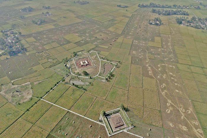 Kompleks percandian Batujaya berjarak kurang dari 1 kilometer di sebelah timur aliran Sungai Citarum, yang meniupkan peradaban di wilayah Jawa Barat