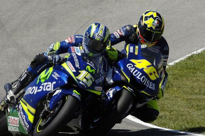 Perseteruan dua dedengkot MotoGP, Valentino Rossi (46) dan Sete Gibernau (15) di seri pembuka MotoGP 2005.