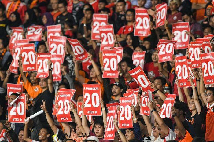 Suporter Persija Jakarta membentangkan poster bertuliskan nomor punggung Bambang Pamungkas saat melawan Persebaya Surabaya dalam lanjutan Liga 1 2019 di Stadion Utama Gelora Bung Karno (GBK), Jakarta, Selasa (17/12/2019).