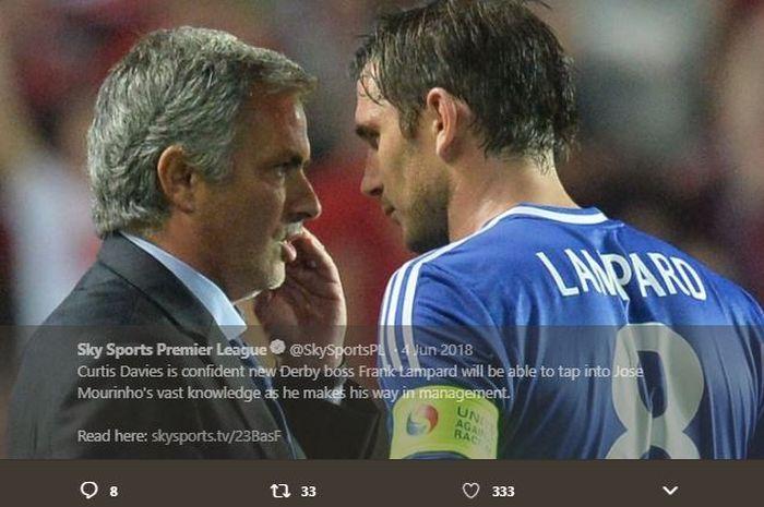 Frank Lampard sedang berdiskusi dengan sang pelatih, Jose Mourinho, saat masih sama-sama di Chelsea.