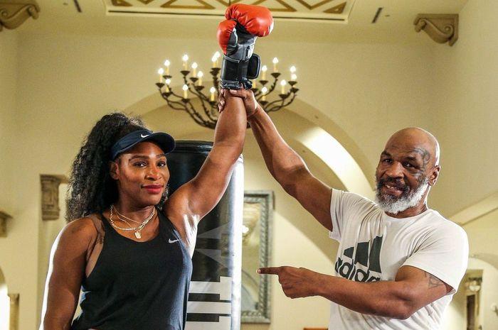 Petenis putri Amerika Serikat (AS), Serena Williams, berpose dengan eks petinju kelas berat AS, Mike Tyson, seusai menjalani sesi latihan tinju pada pramusim 2020 di Akademi Tenis Patrick Mouratoglou di Boca Raton, Florida, AS.