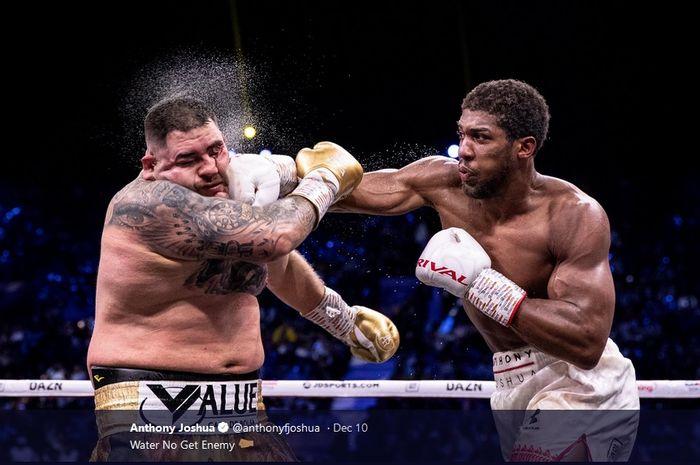 Petinju kelas berat, Anthony Joshua memukul wajah Andy Ruiz Jr saat keduanya bertanding ulang pada Minggu (8/12/2019).