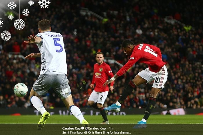 Aksi Marcus Rashford kala menjebol gawang Colchester United pada babak perempat final Carabao Cup di Stadion Old Trafford, Rabu (18/12/2019).