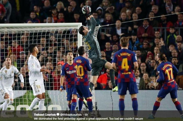 Aksi Thibaut Courtois menangkap bola pada laga el clasico antara Barcelona versus Real Madrid di Stadion Camp Nou, Rabu (18/12/2019).
