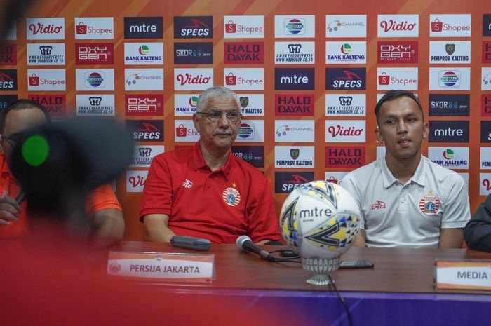 Pelatih dan pemain Persija Jakarta, Edson Tavares serta Rachmad Hidayat saat memberikan keterangan pers, Jumat (20/12/2019).