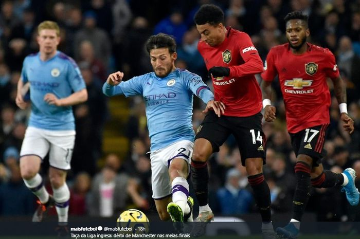 Jese Lingard dan David Silva terlibat perebutan bola pada duel derbi Manchester di Etihad Stadium, Minggu (8/12/2019).