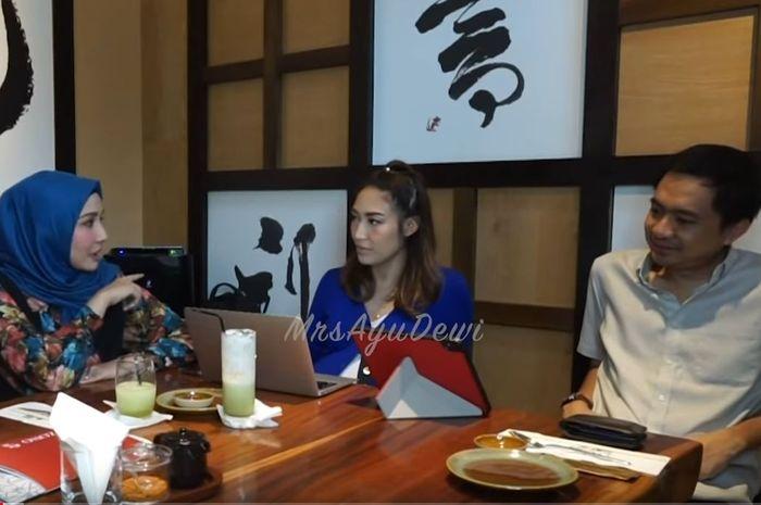 Ayu Dewi dan suami konsultasi ke psikolog. Tangkap Layar YouTube/MrsAyuDewi