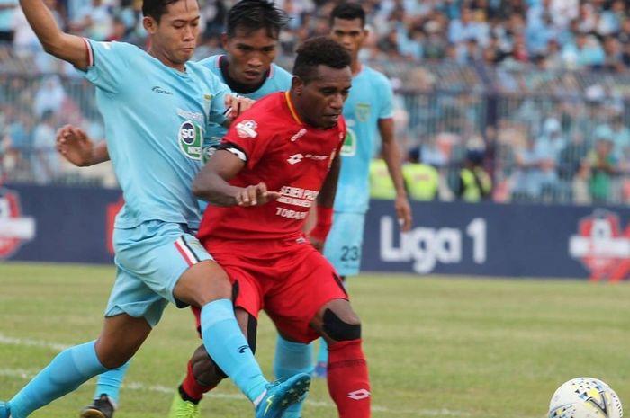 Pemain Semen Padang, Mariando Uropmabin, dikawal ketat oleh para pemain Persela Lamongan dalam laga pekan ke-34 di Stadion Surajaya, Sabtu (21/12/2019).