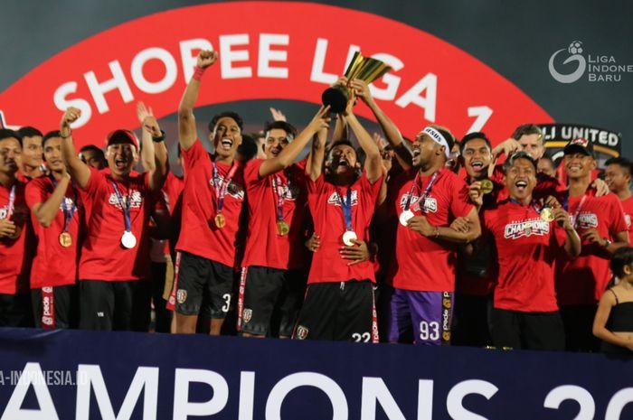 Suasana perayaan Bali United yang baru saja menerima Piala juara Liga 1 2019.