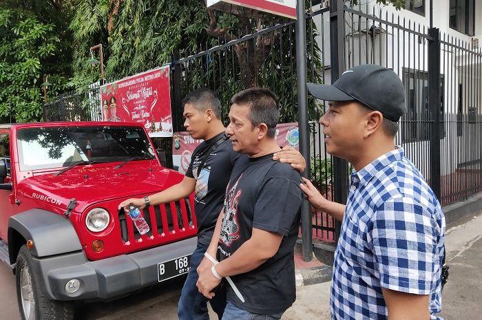 Ibra Azhari saat dibawa menggunakan mobil oleh penyidik dari Gedung Direktorat Reserse Narkoba, Polda Metro Jaya, Selasa (24/12/2019).