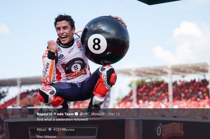 Pembalap Repsol Honda, Marc Marquez, saat merayakan gelar kedelapannya.