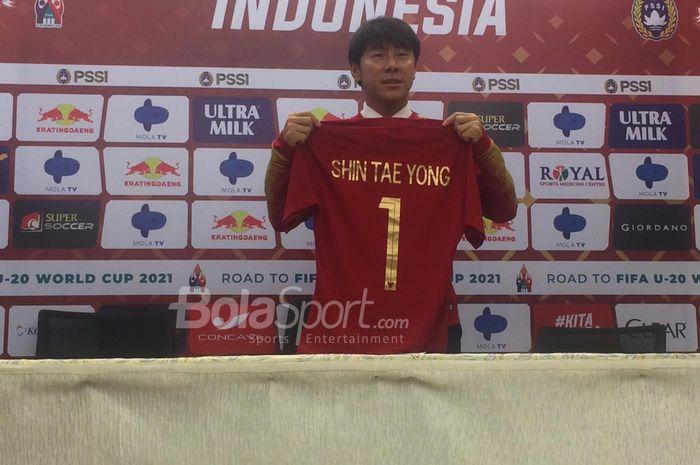 Pelatih timnas Indonesia, Shin Tae-yong, diperkenalkan di Stadion Pakansari