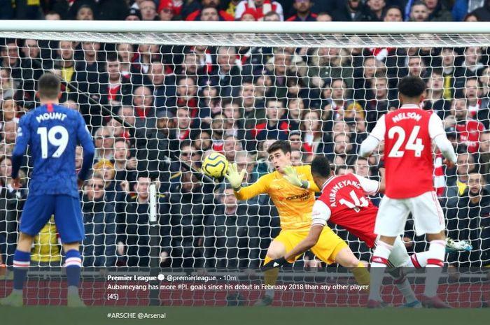 Striker Arsenal, Pierre-Emerick Aubameyang mencetak gol ke gawang Chelsea di Stadion Emirates, Minggu (29/12/2019).