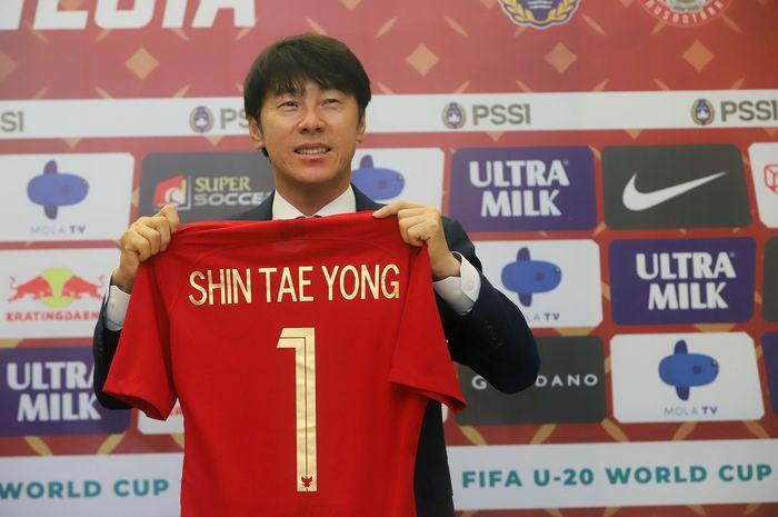 Pelatih baru PSSI asal Korea Selatan Shin Tae Yong saat ditemui usai penandatanganan kontrak kerja di Stadion Pakansari, Bogor, Jawa Barat, Sabtu (28/12/2019). Dalam pendandatanganan kontrak itu Shin Tae Yong akan menjadi pelatih Timnas selama 4 tahun kedepan serta mendapat souvenir jersey Timnas In