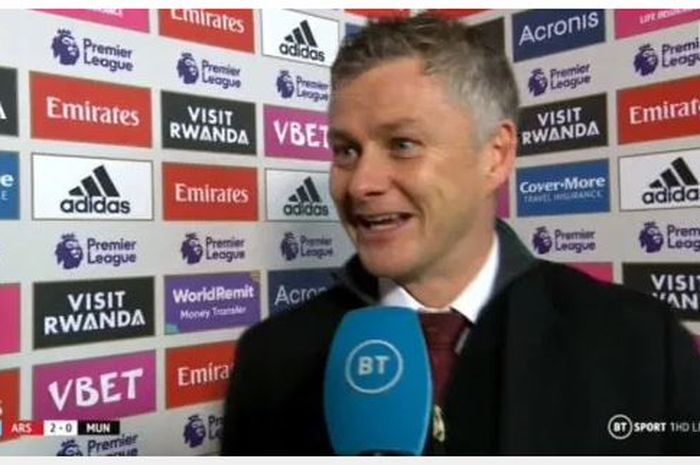 Ole Gunnar Solskjaer tersenyum saat dinterviu pascalaga kontra Arsenal, 1 Januari 2020.